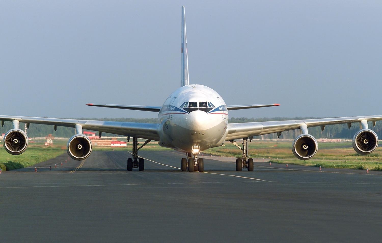 фото пассажирского самолета идет на посадку как